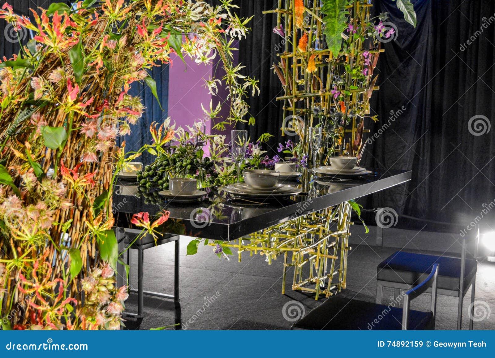 Charmant Table De Salle à Manger Avec Lu0027arrangement Floral