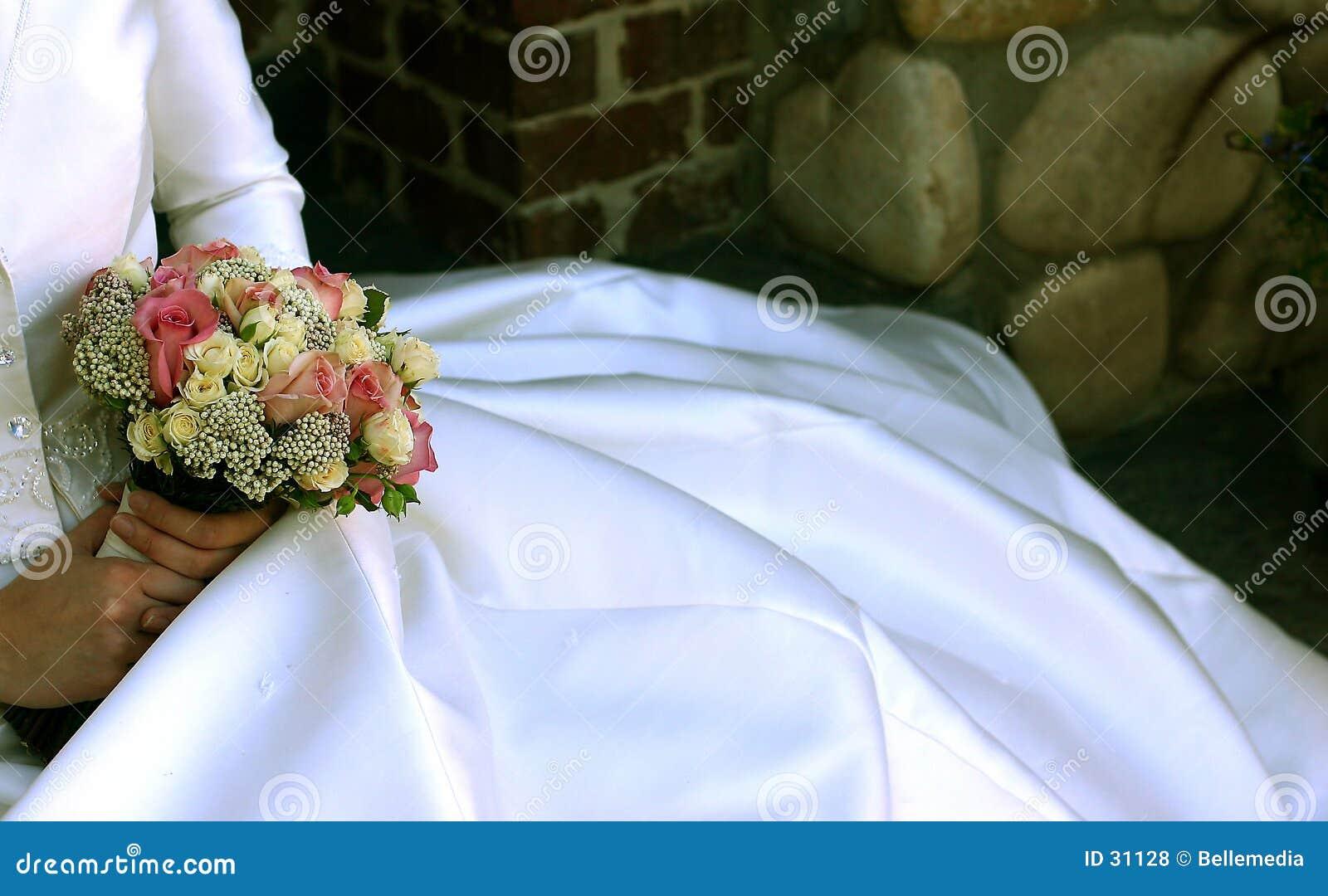 Fleurs et une robe de mariage