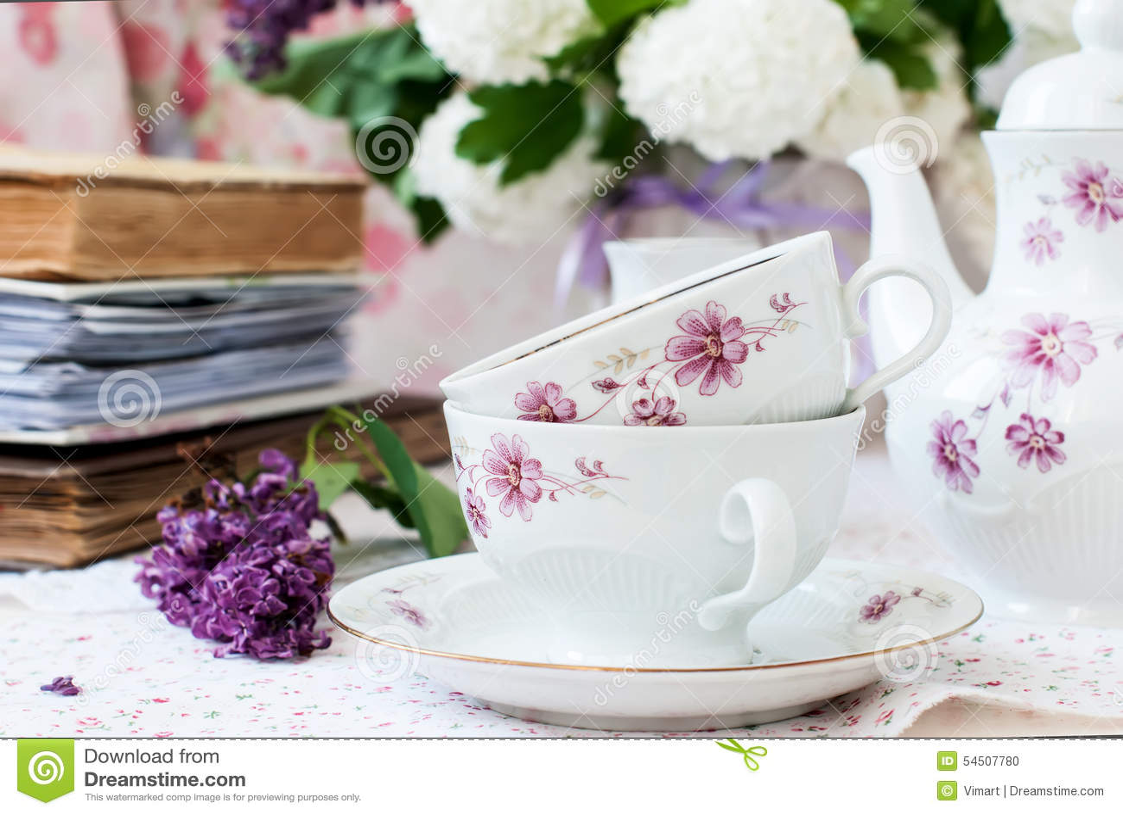 Fleurs lilas de groupe dans une cuvette