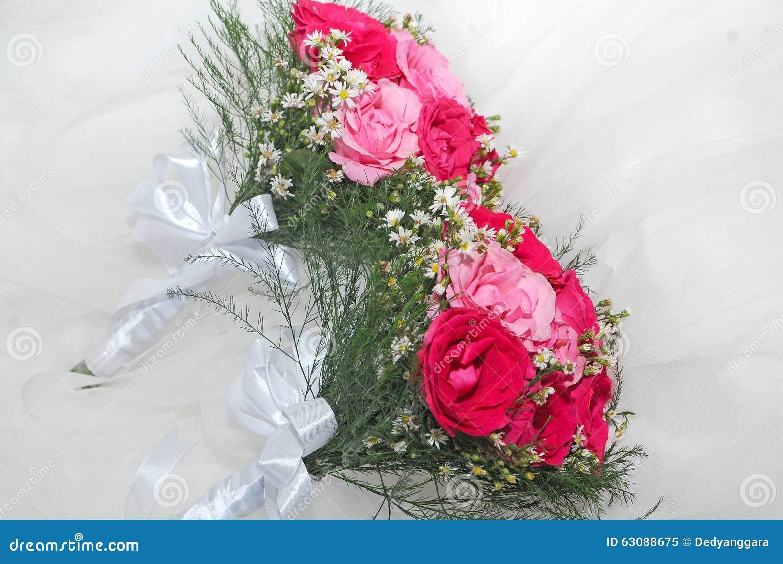 Download Fleurs Pour La Jeune Mariée Image stock - Image du fleurs, fille: 63088675