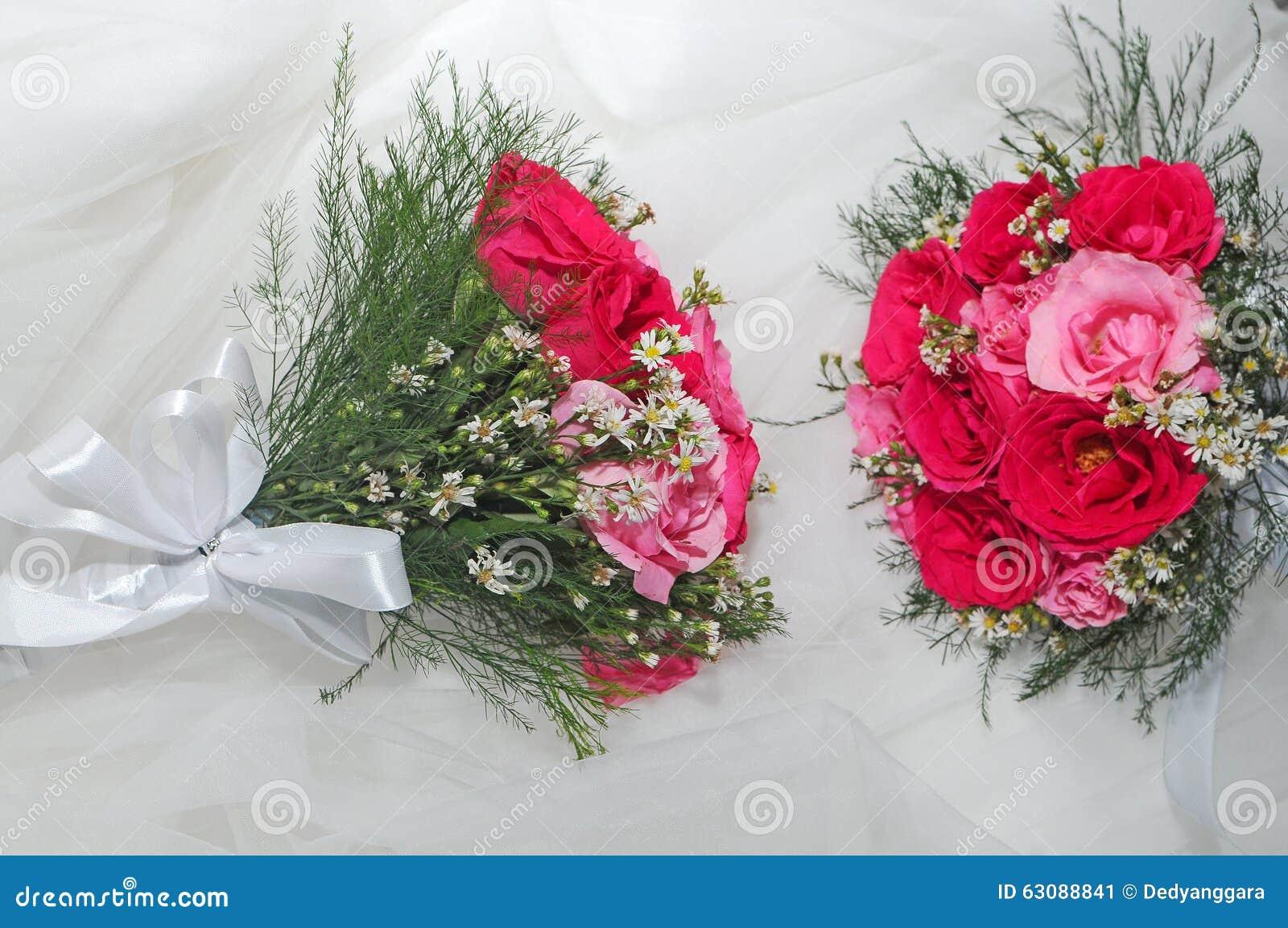 Download Fleurs Pour La Jeune Mariée Image stock - Image du main, robe: 63088841