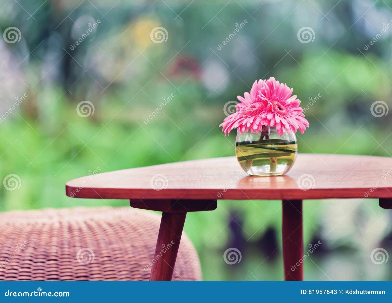 Fleurs Roses Dans Le Vase Sur La Table Dans Le Jardin Ton D\'effet De ...