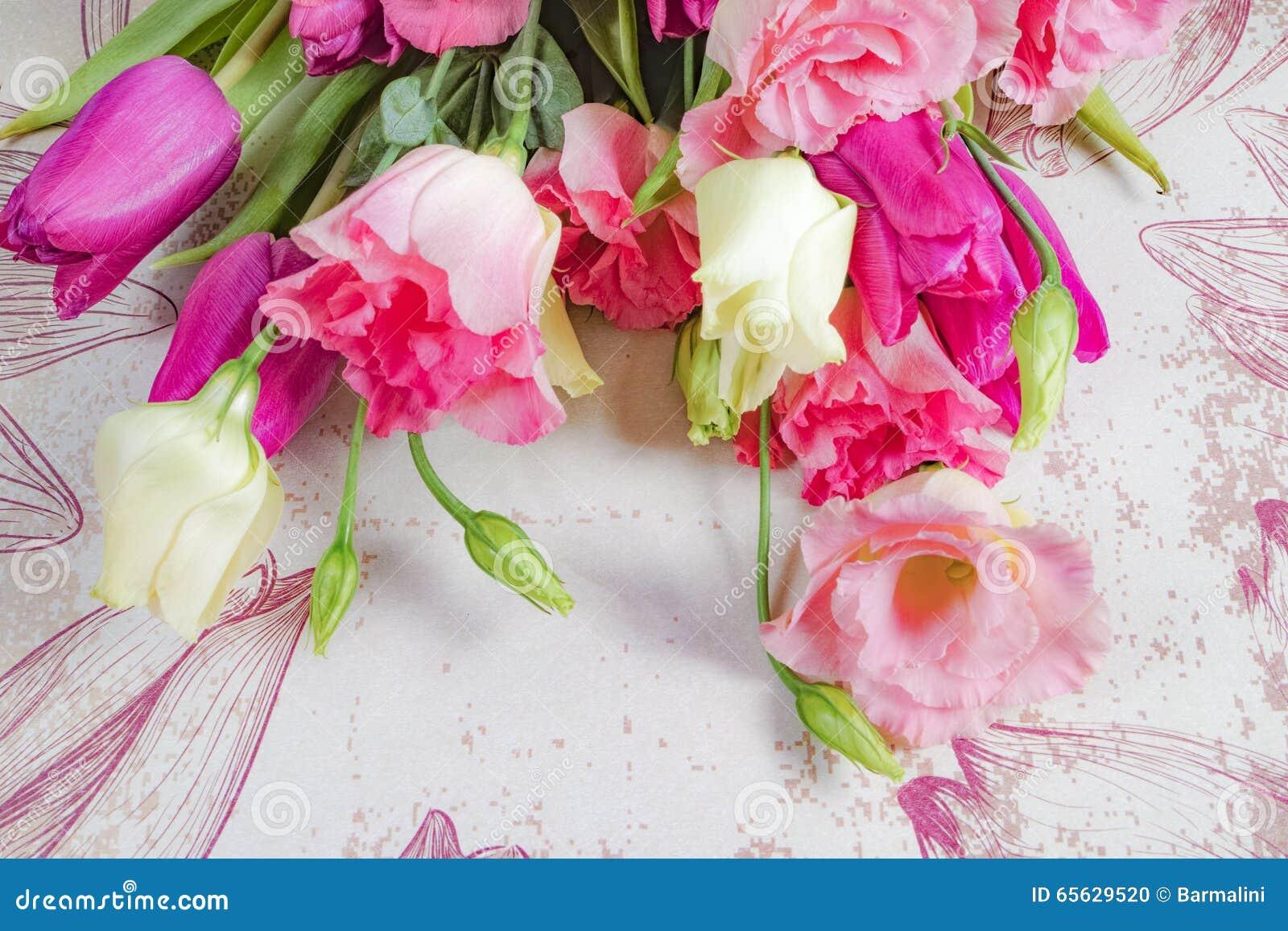 Fleurs roses et blanches sur le fond de fleurs, disposition avec l espace de texte libre, concept de carte de voeux