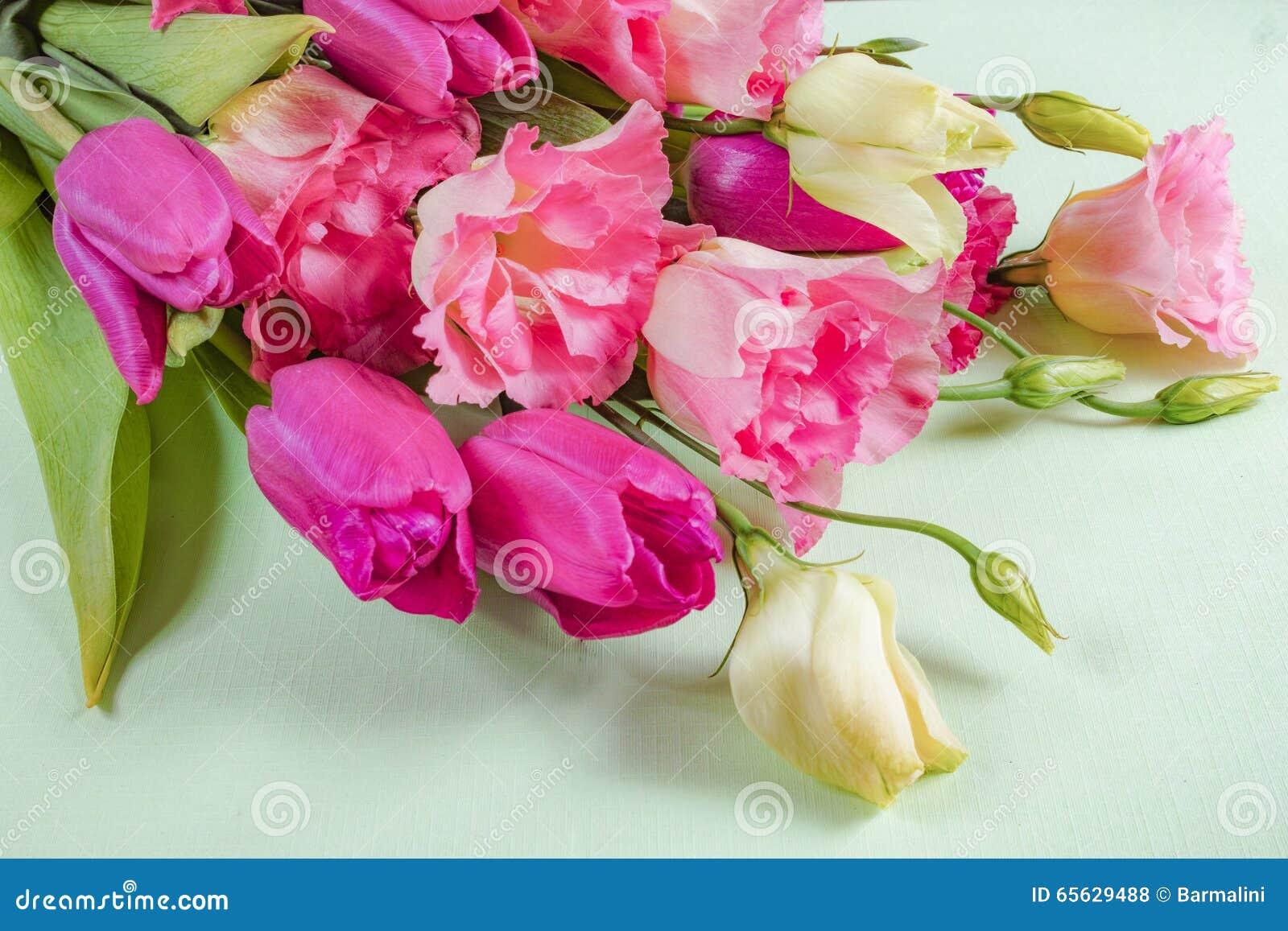 Fleurs roses et blanches sur le fond vert clair, concept de carte de voeux