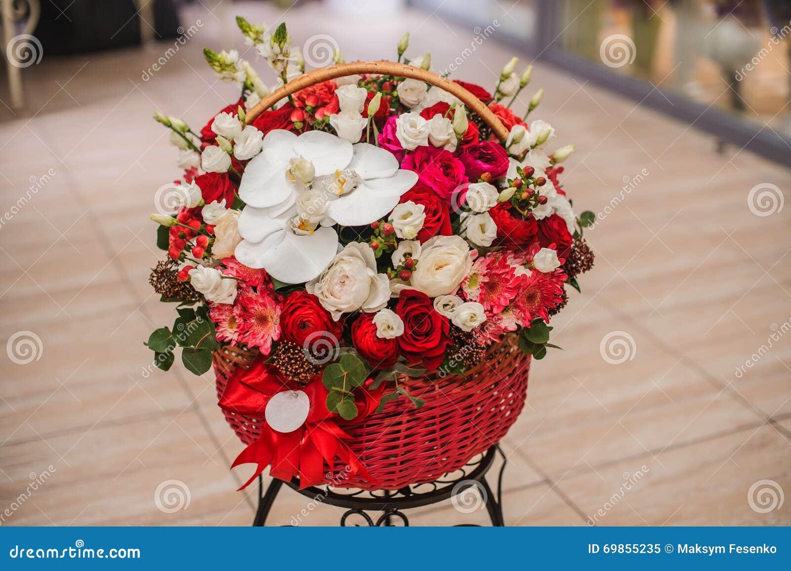 Fleurs Rouges Et Blanches De Beau Bouquet Dans La Boite Image Stock