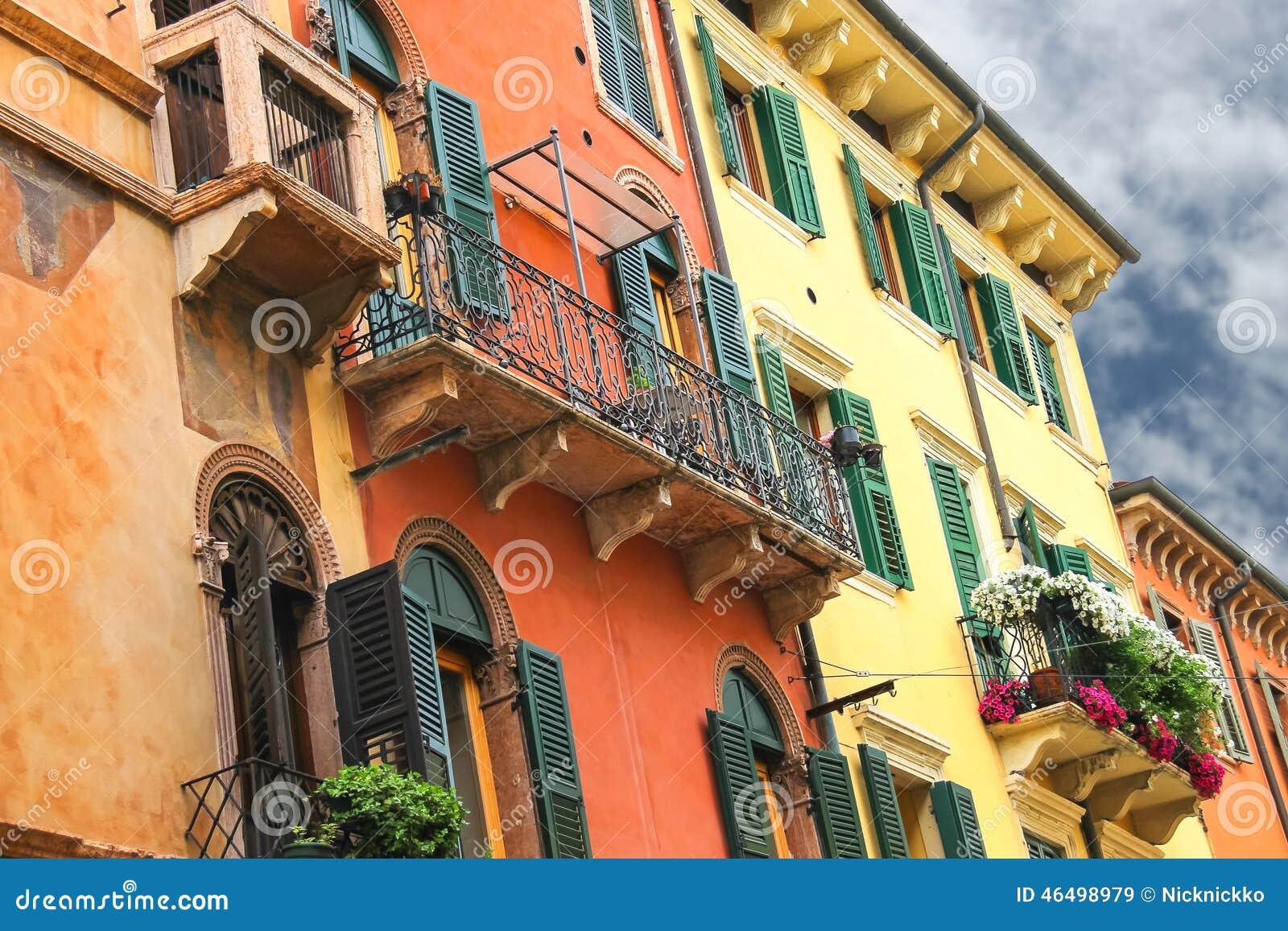 Fleurs sur le balcon de la belle maison italienne photo for Maison italienne architecture