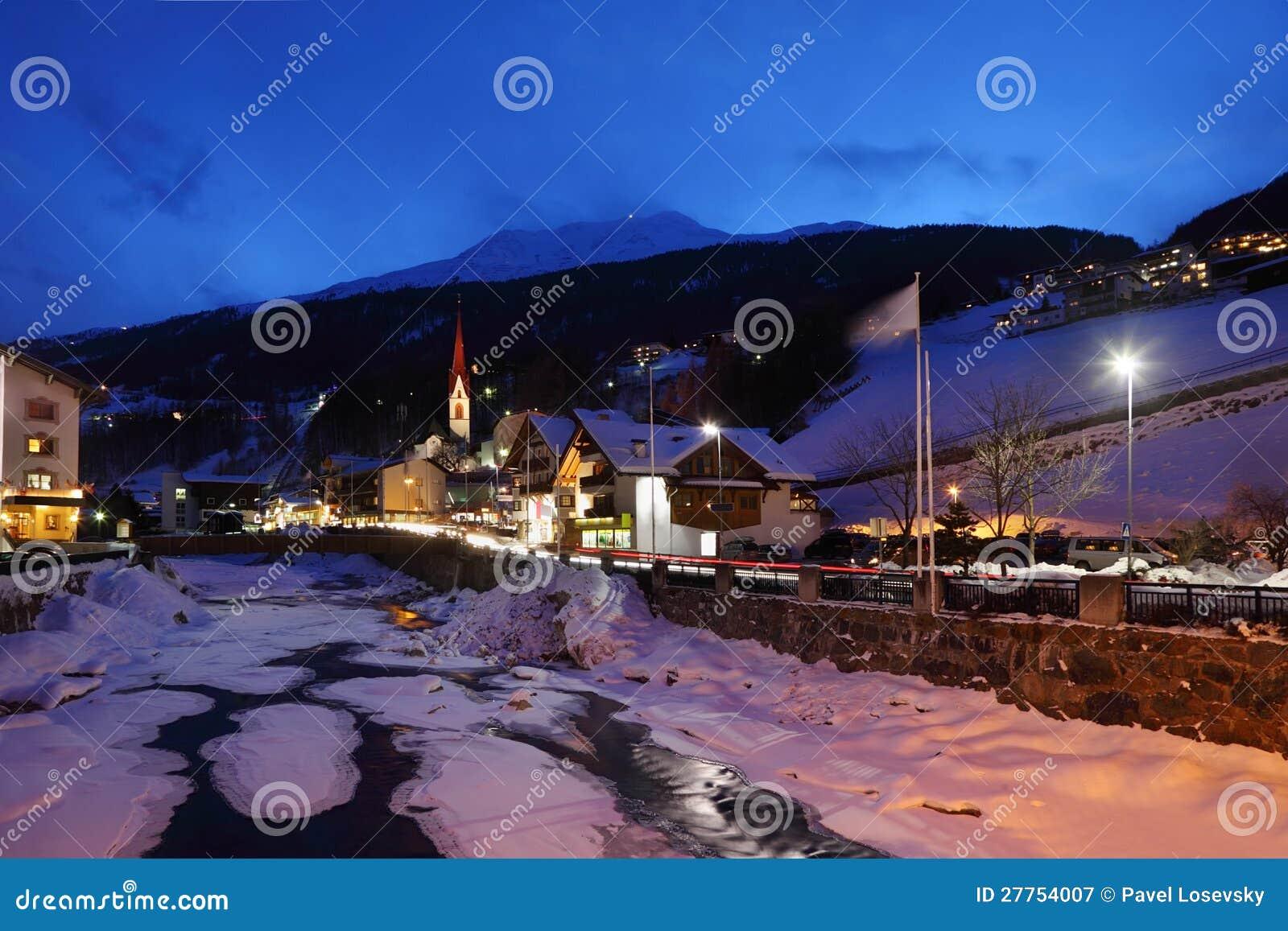 Fleuve couvert par la glace et plusieurs hôtels