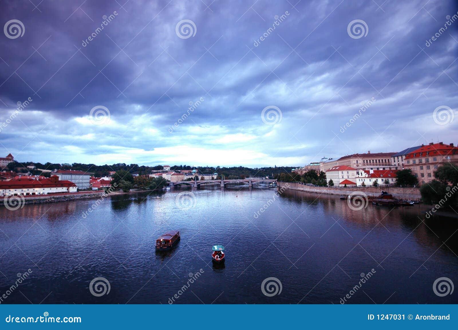 Fleuve de valtava de Prage le jour pluvieux