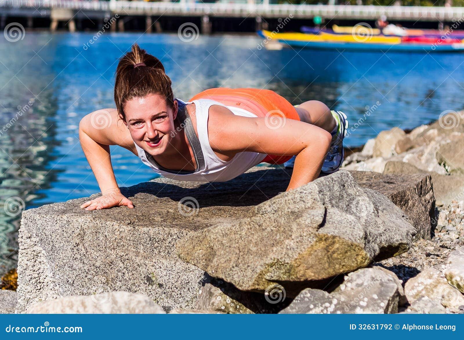 Flexión de brazos en roca de la playa