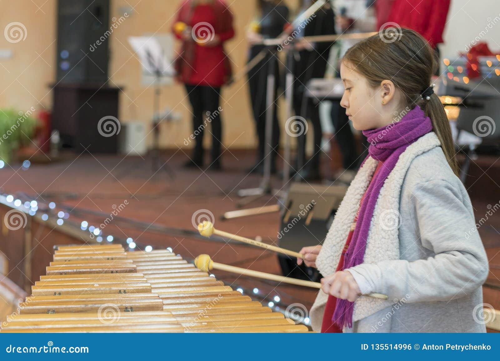 Flicka 9 år gammal spela yrkesmässig xylofon