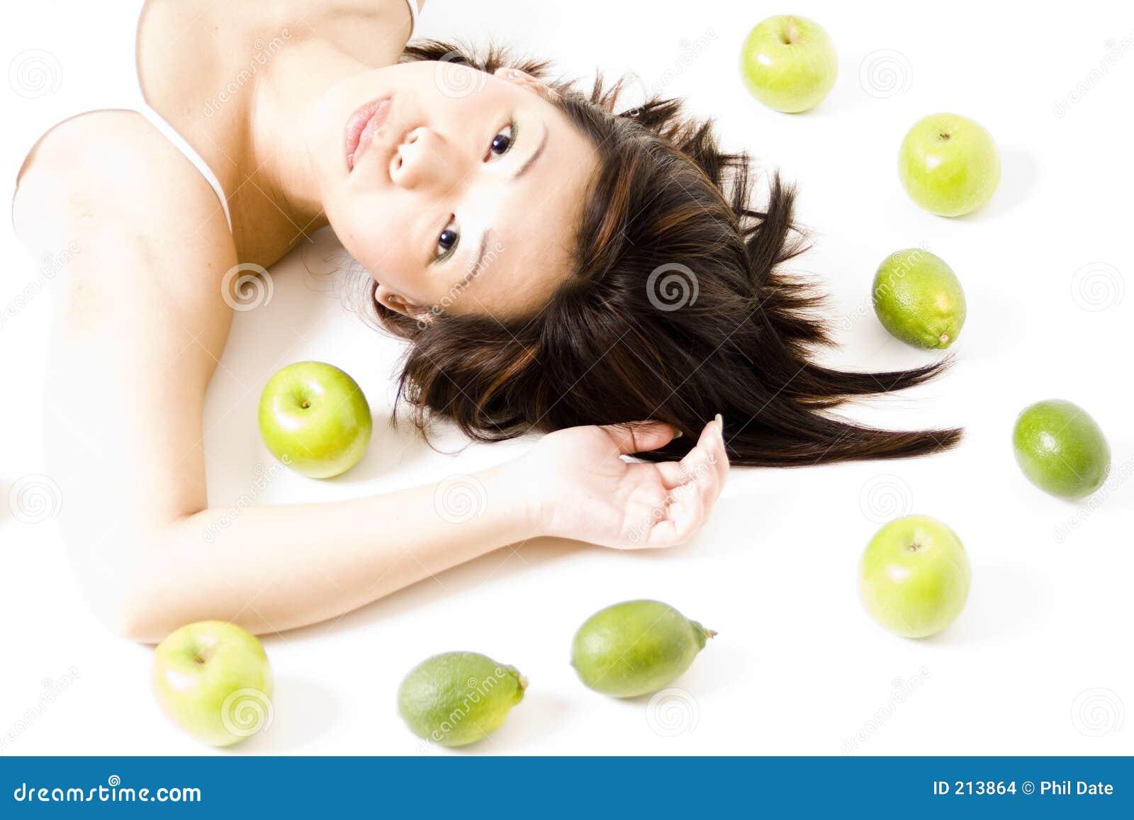 Flicka för 4 frukt
