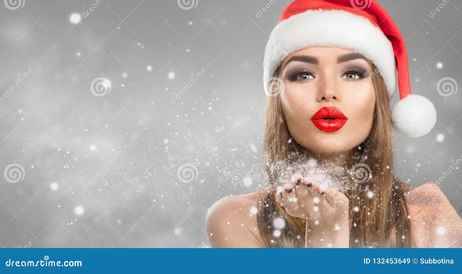 Flicka för julvintermode på suddig vinterbakgrund för ferie Makeup för härlig nytt års- och Xmas-ferie