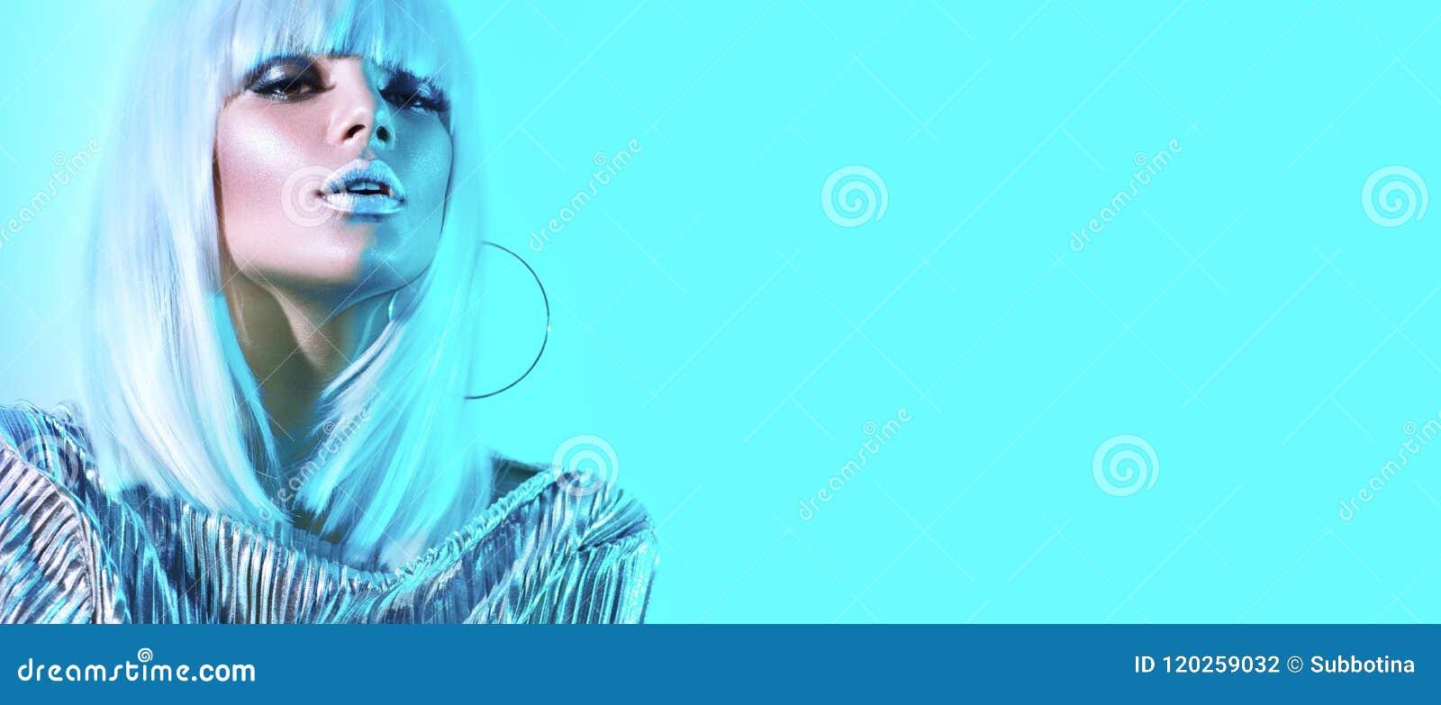 Flicka för modell för högt mode i färgrika ljusa neonljus som poserar i studio Stående av den härliga sexiga kvinnan i den vita p
