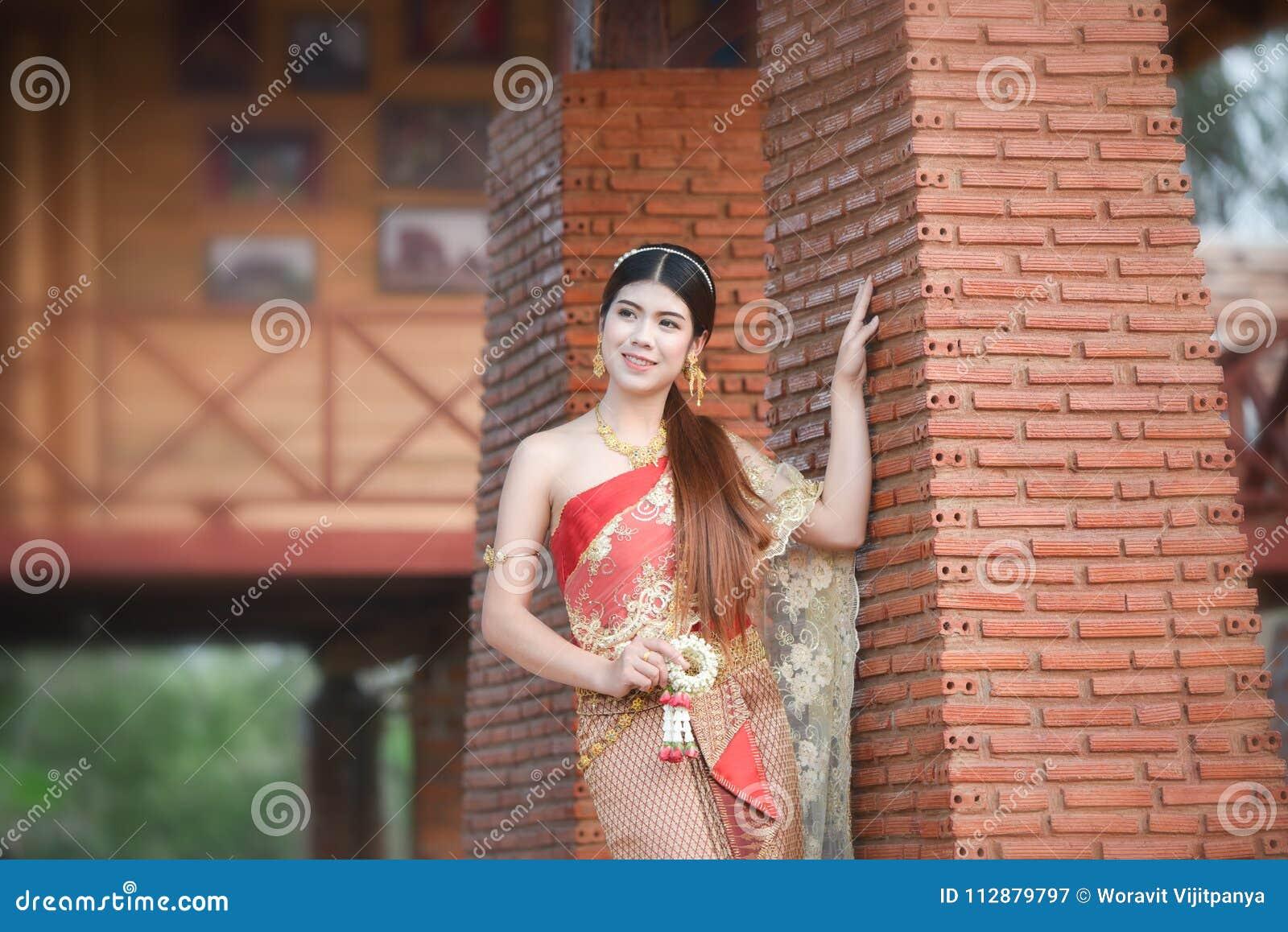 Flicka för thailändsk kvinna för brudskönhet härlig thailändsk i traditionell klänningdräkt