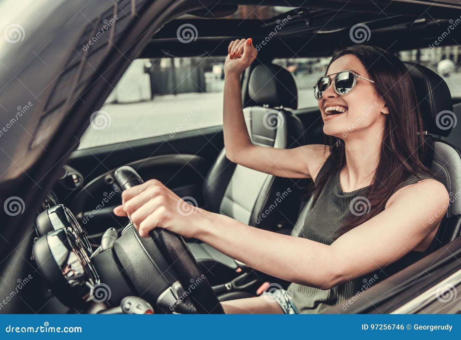 Flicka i bil