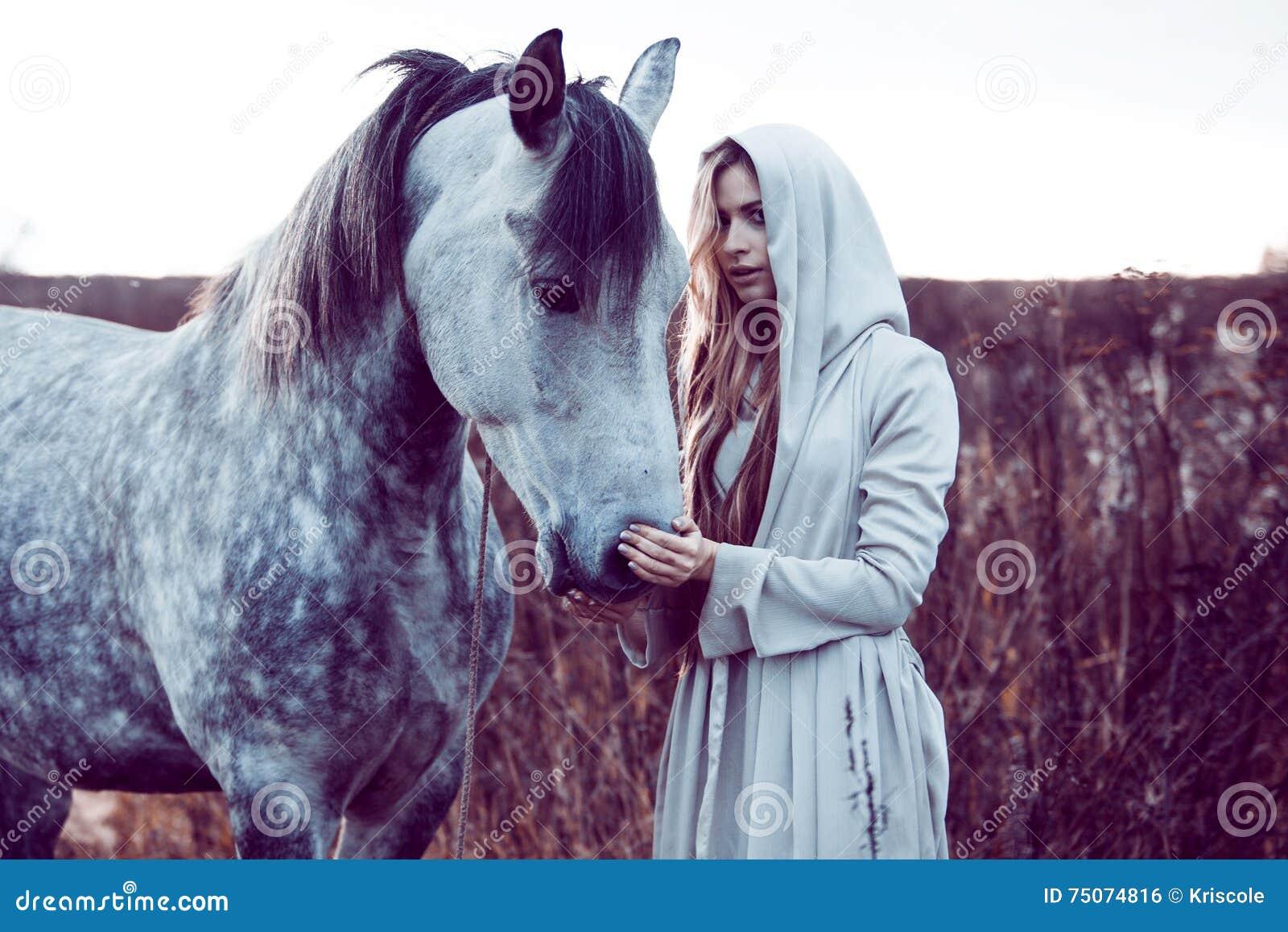 Flicka i den med huva kappan med hästen, effekt av toningen