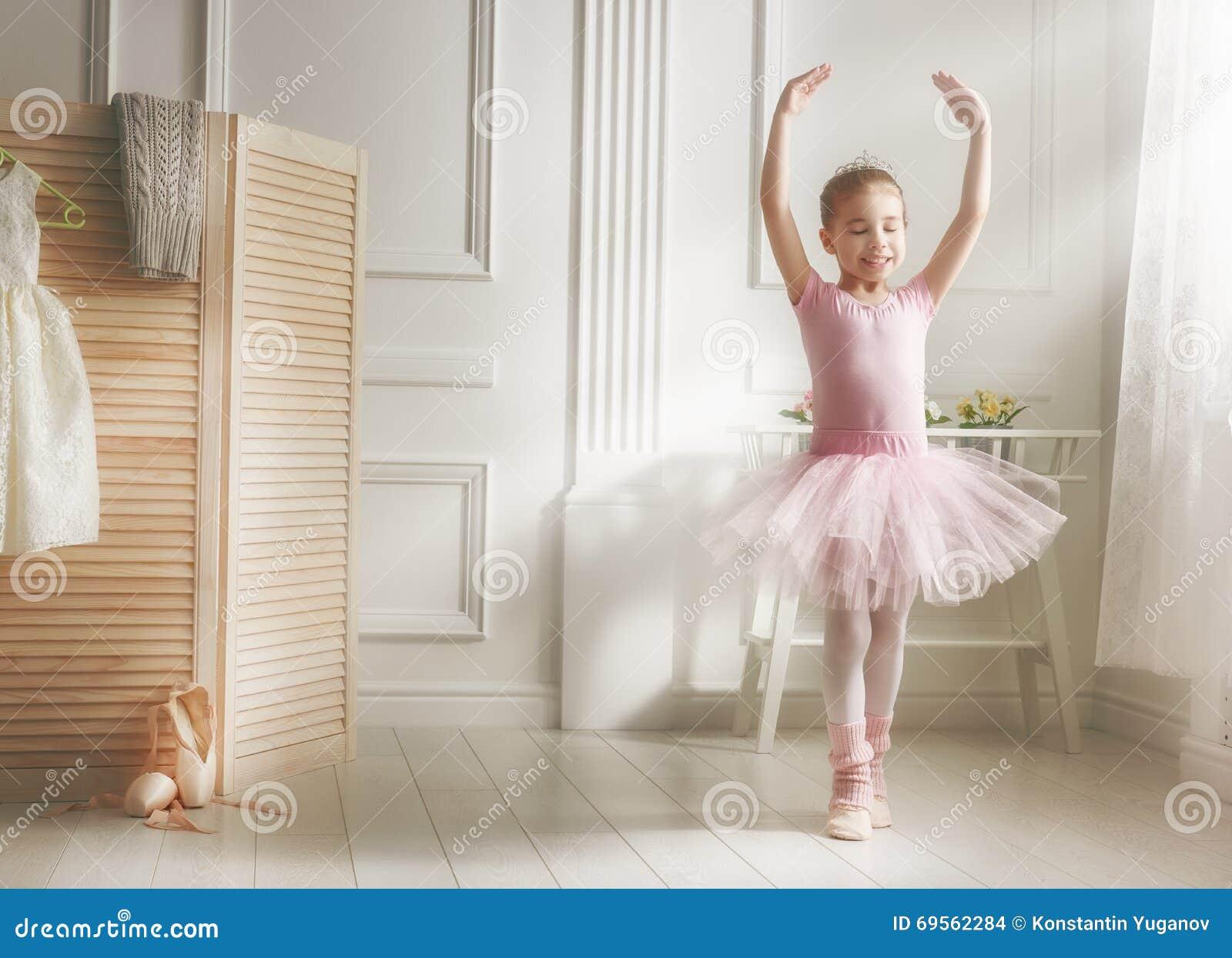 Flicka i en rosa ballerinakjol