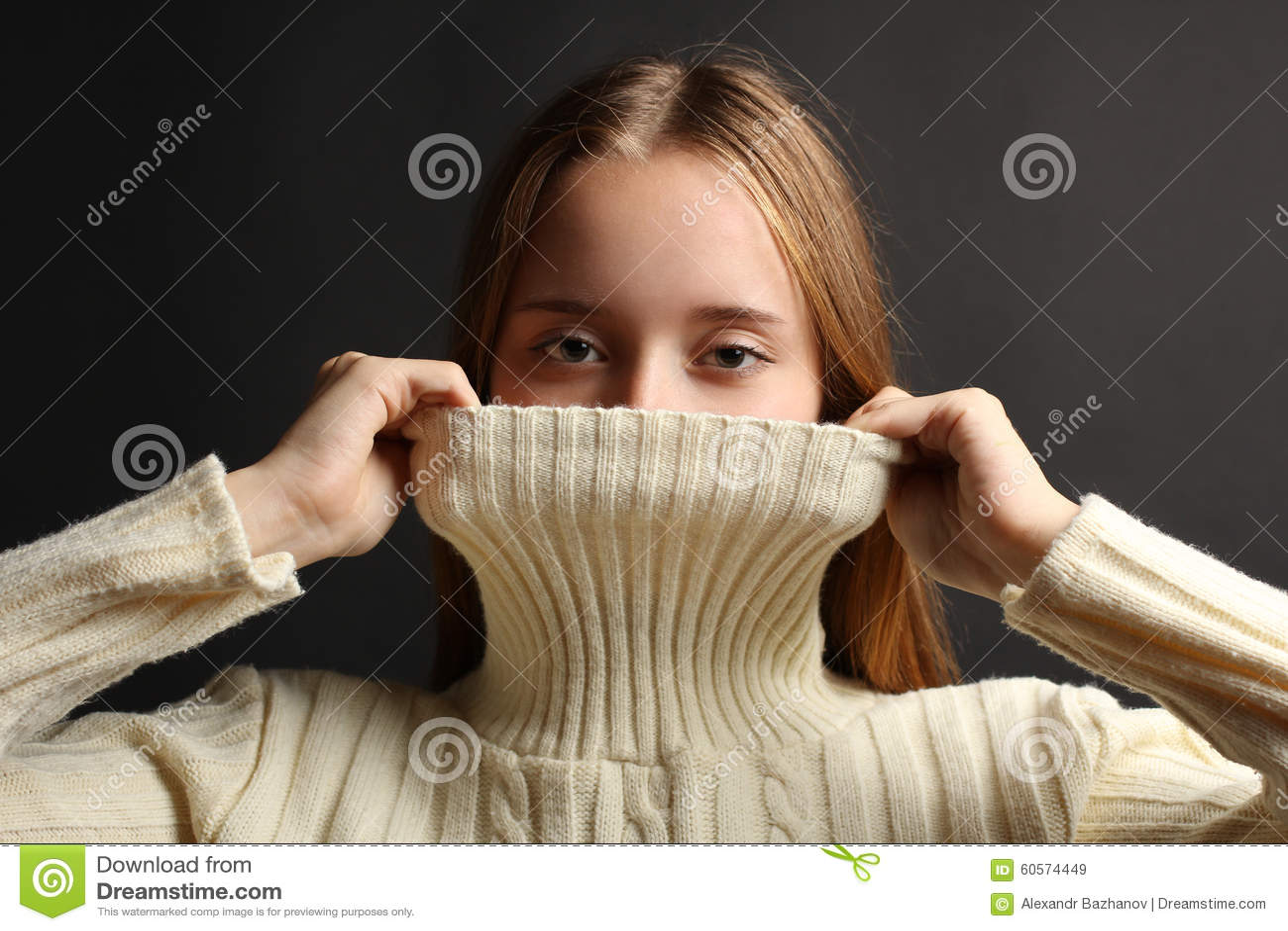 Flicka i en varm tröja
