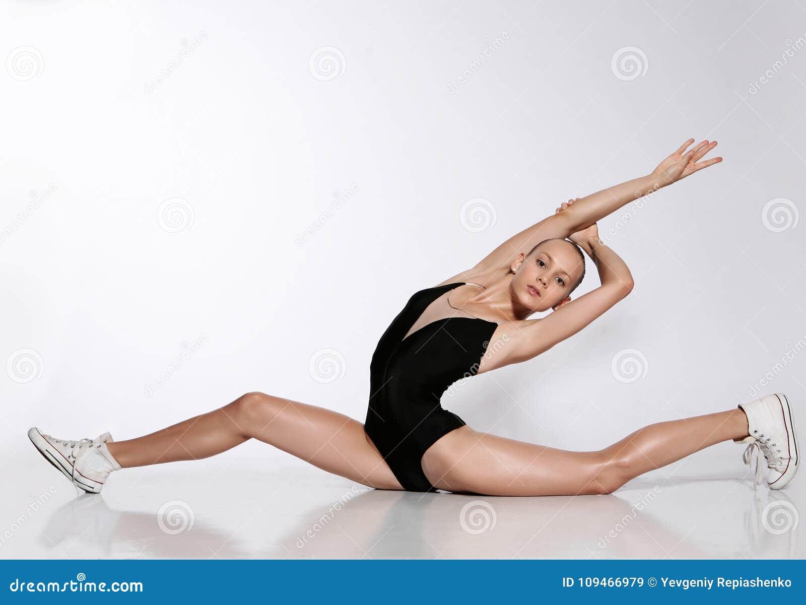 Flicka i gymnastikskor på en tvinna
