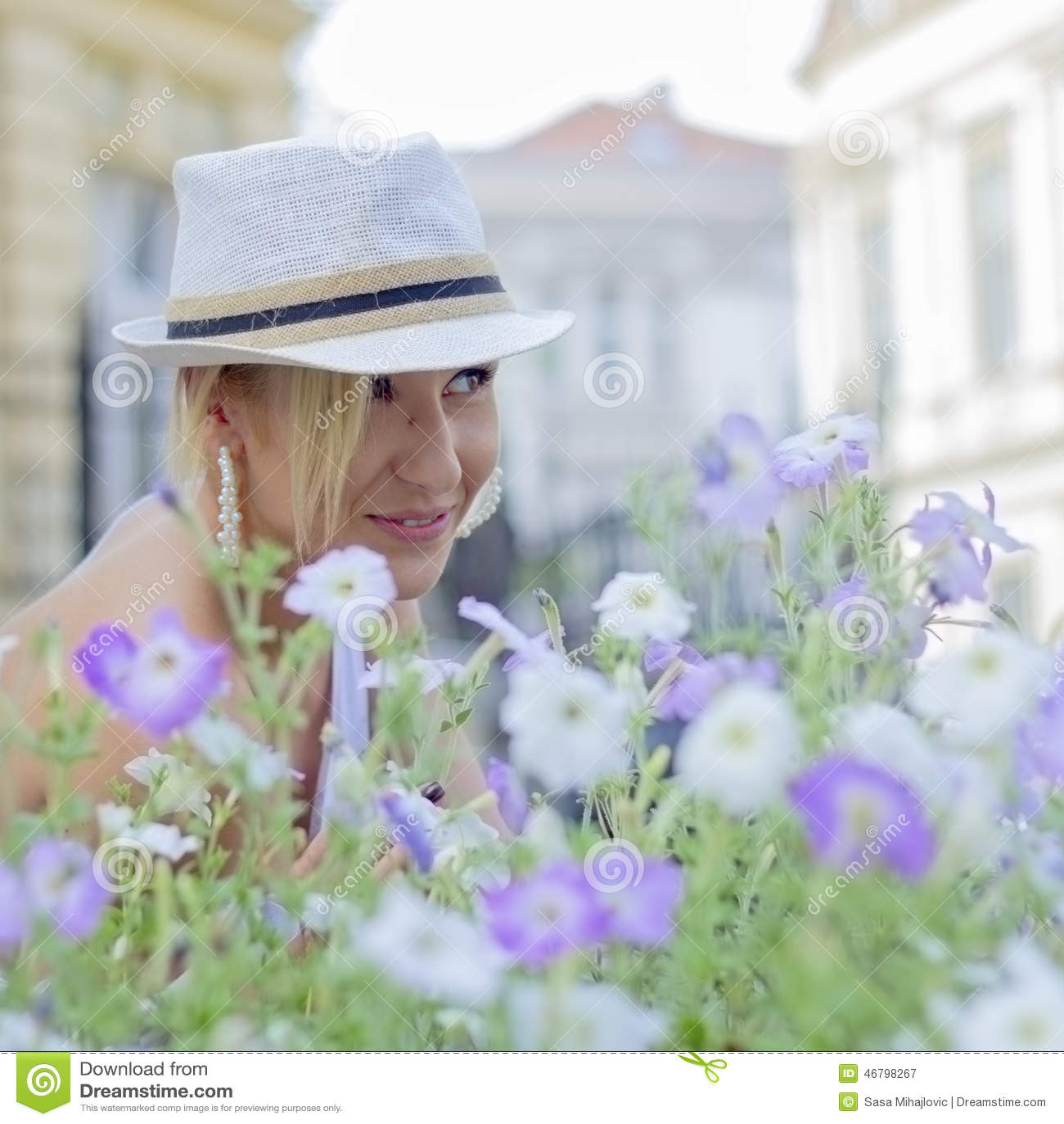 Flicka i purpurfärgade blommor