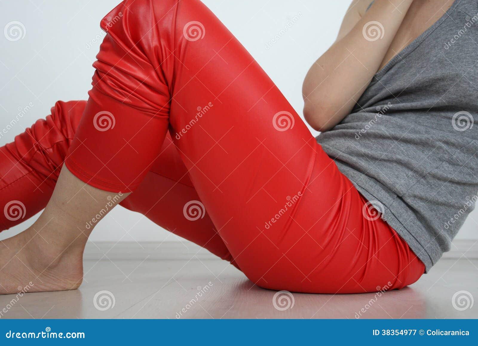 Flicka i röd damasker