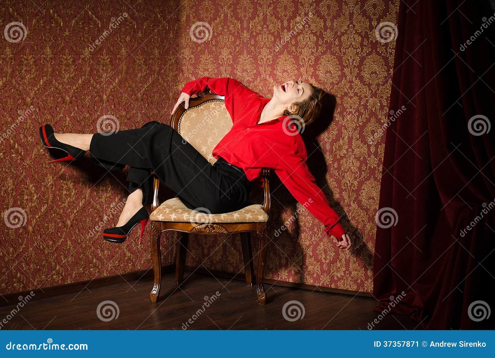 Flicka i röd manlig skjorta. I retro inre