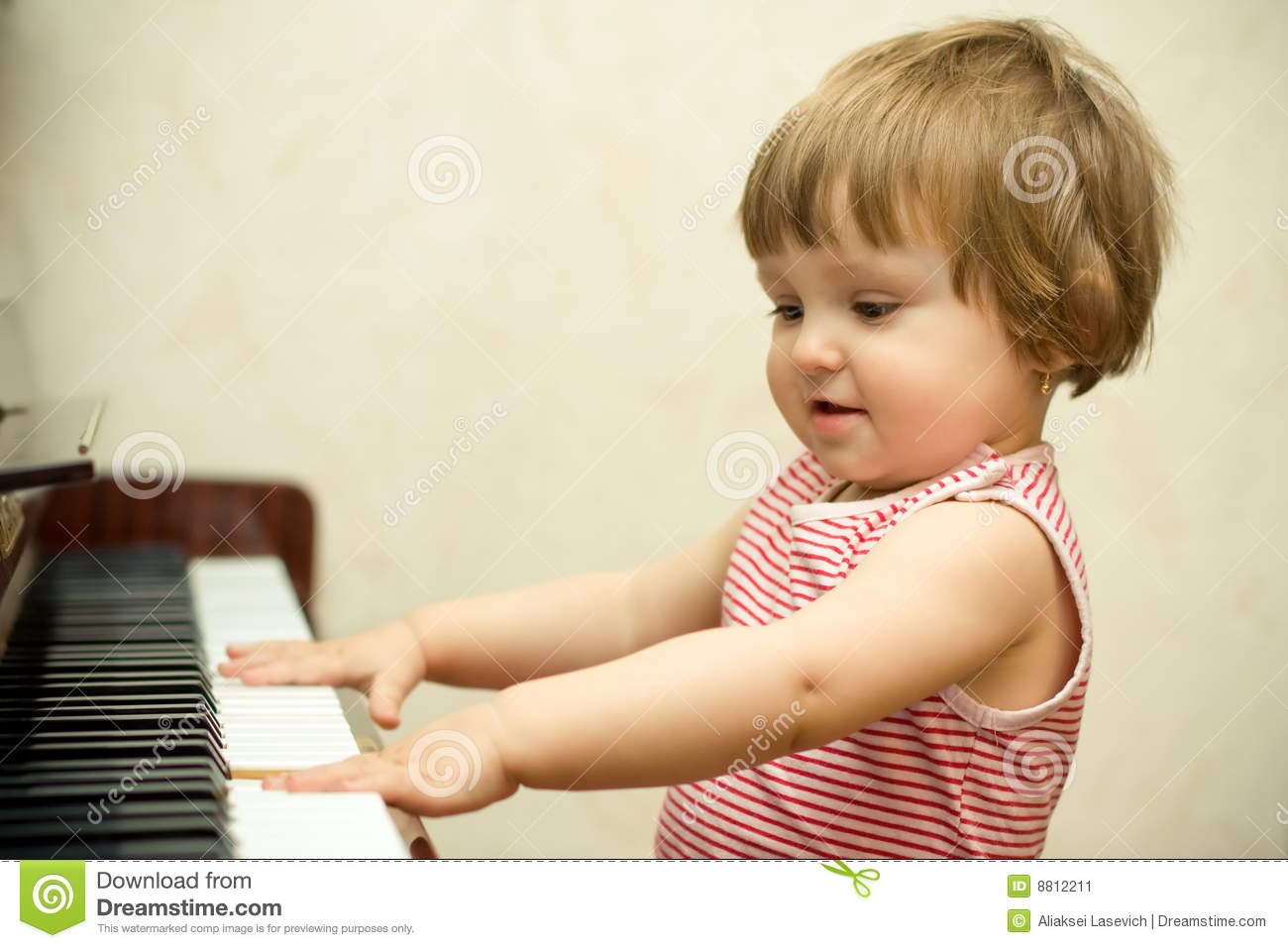 Flicka little pianospelrum