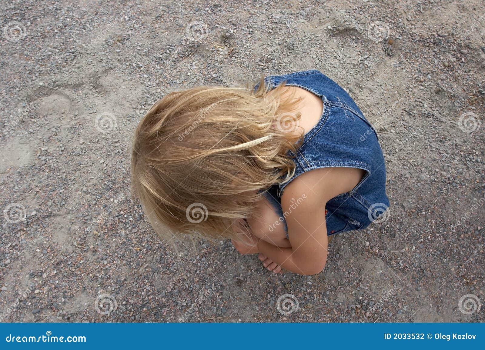 Flicka little som är ensam