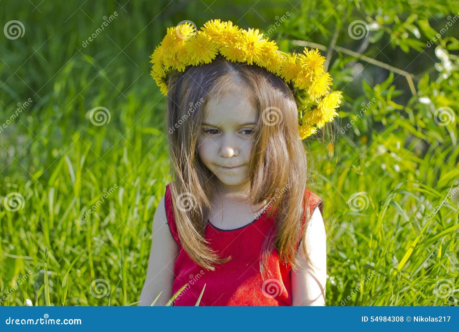 Flicka little som är fundersam