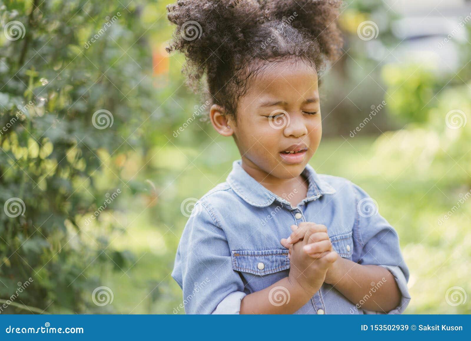 Flicka little som ber ungen ber Gest av tro H?nder vek i b?nbegreppet f?r tro, andlighet och religion