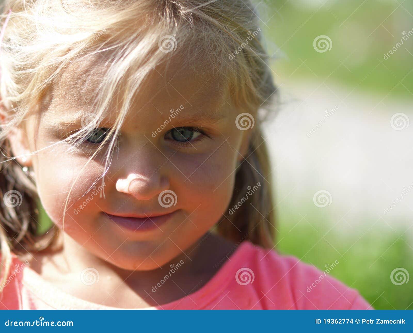 Flicka little som ler