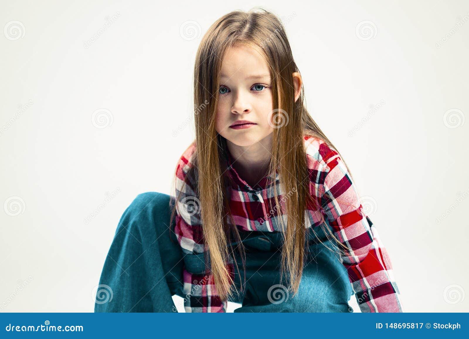 Flicka little som ?r SAD emotionell stående av ett barn Modestudioskytte