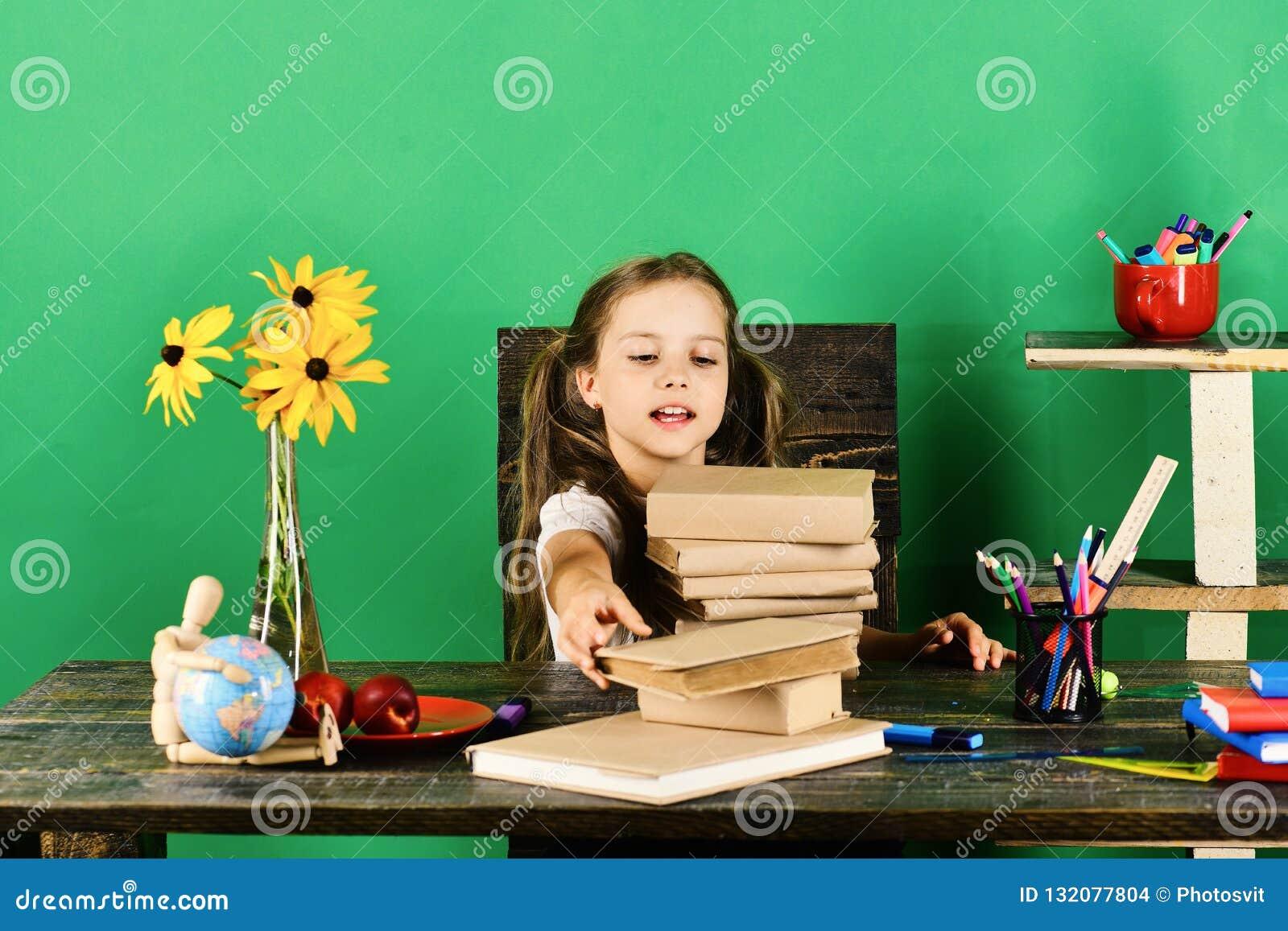 Flicka med den entusiastiska framsidatagandeboken tillbaka skola till