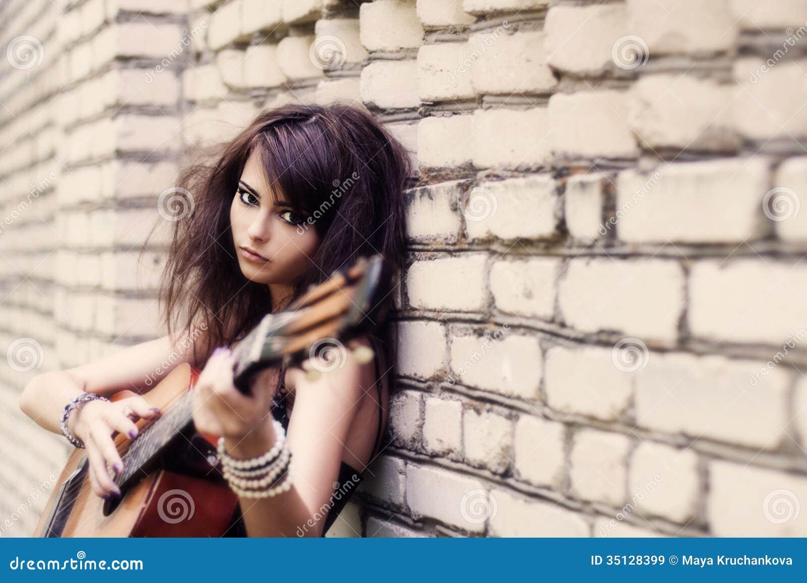 Flicka med den utomhus- gitarren