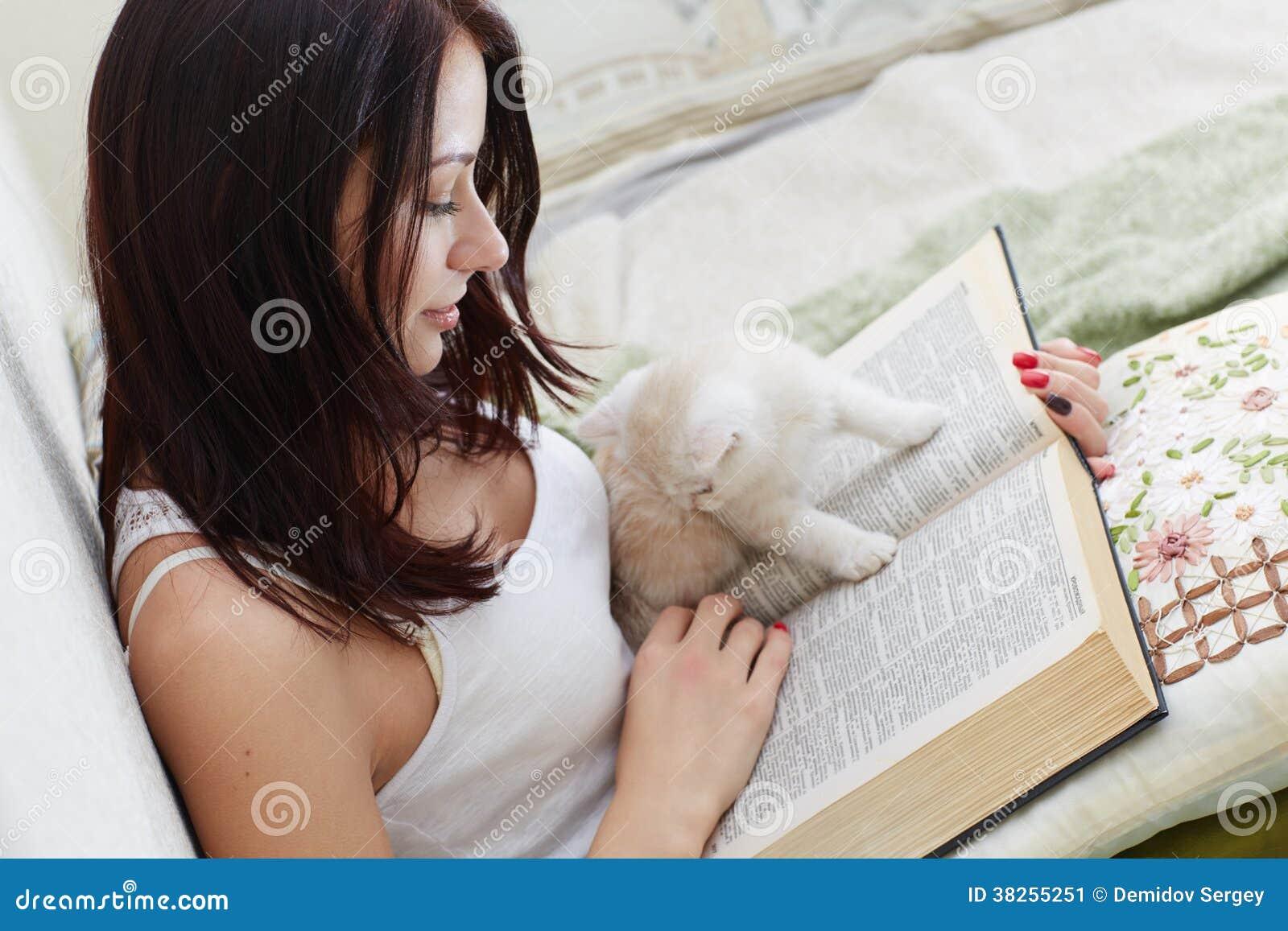 Flicka med en bok