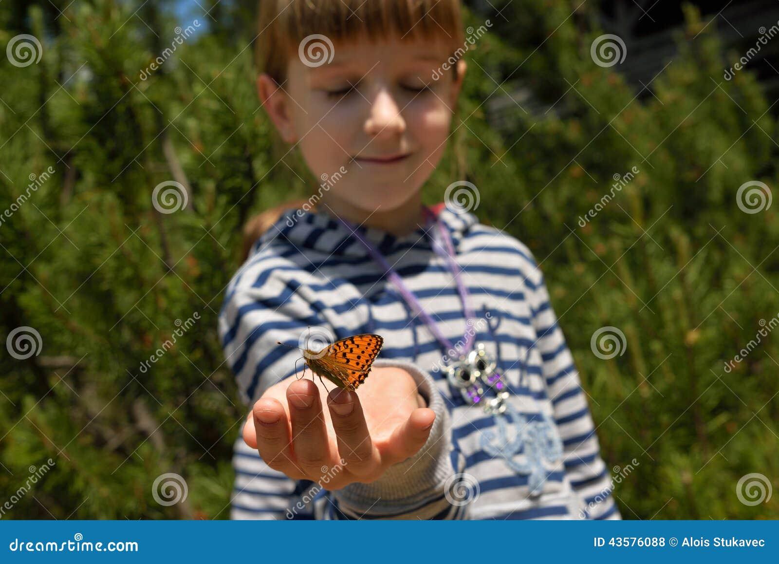 Flicka med en fjäril