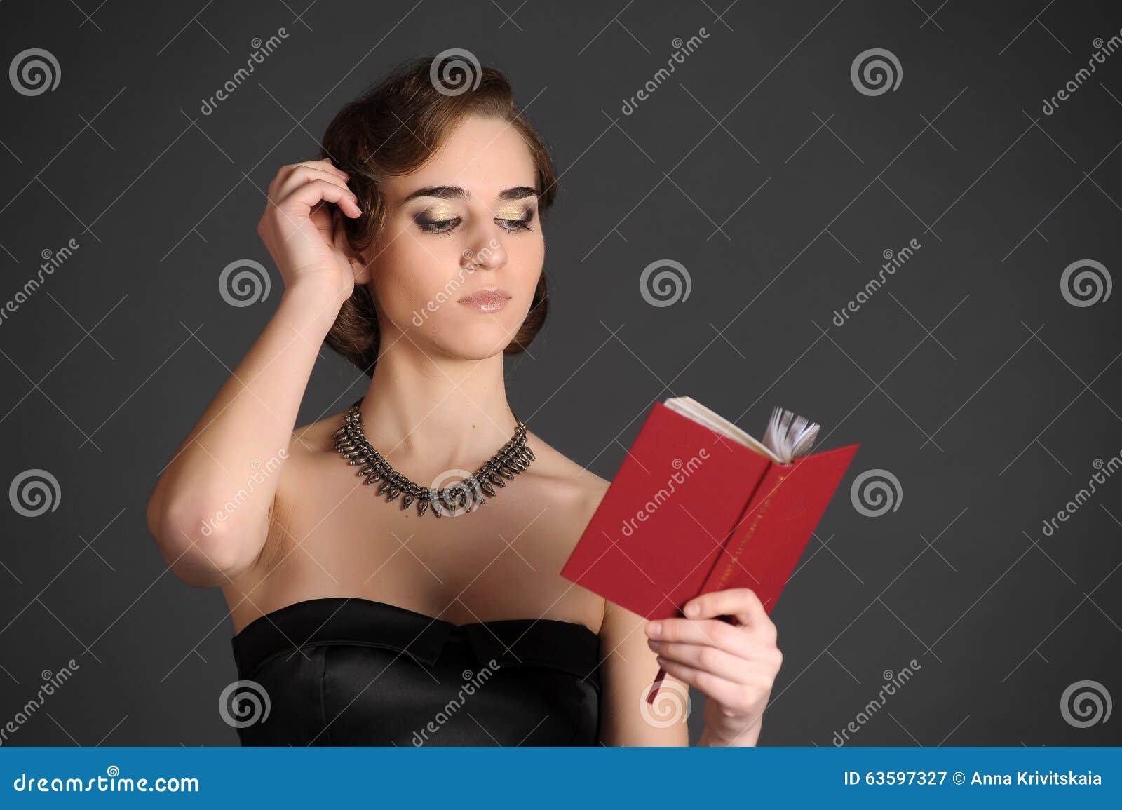 Flicka med en volym av poesi