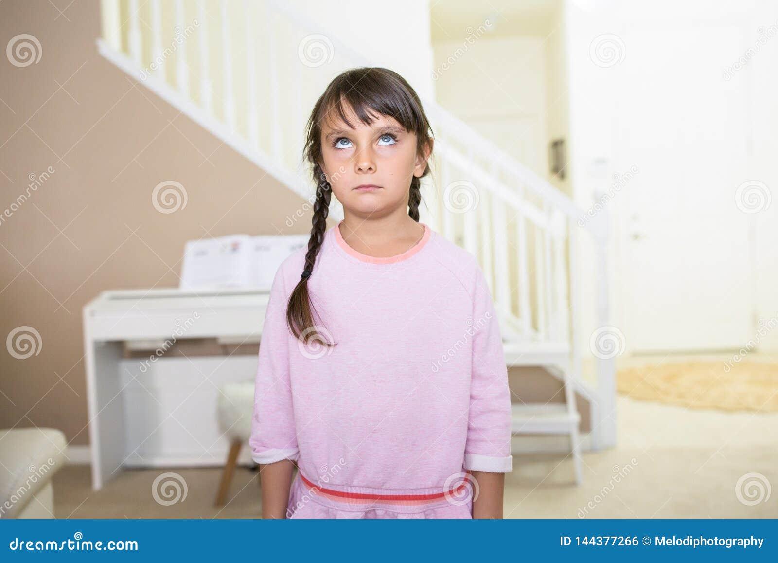 Flicka med ett tomt uttryck