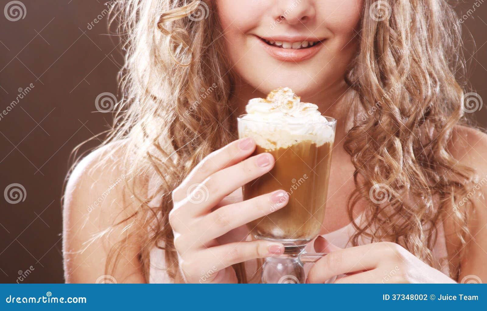 Flicka med exponeringsglas av kaffewitnkräm