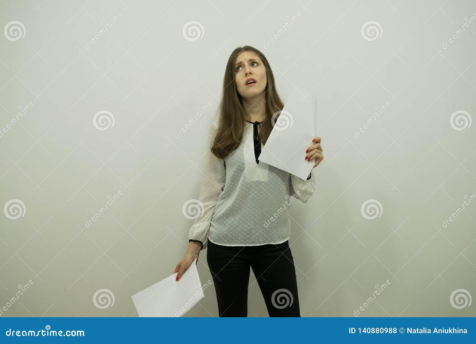 Flicka med flödande hårställningar i mitten av ramen med vita ögon som rymmer rullar i hennes händer