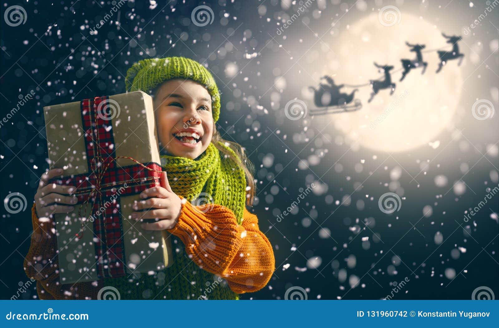 Flicka med gåva på jul