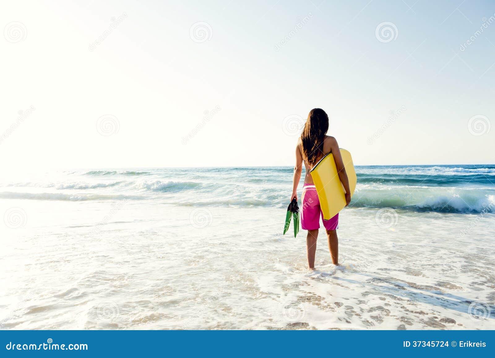 Flicka med hennes bodyboard