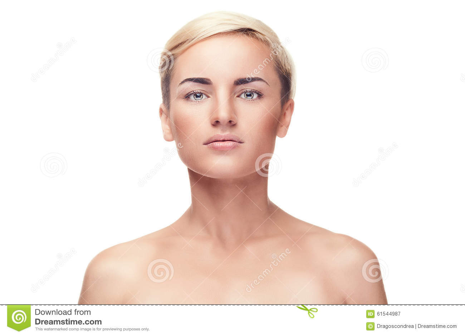 Flicka med inget smink på över vit bakgrund