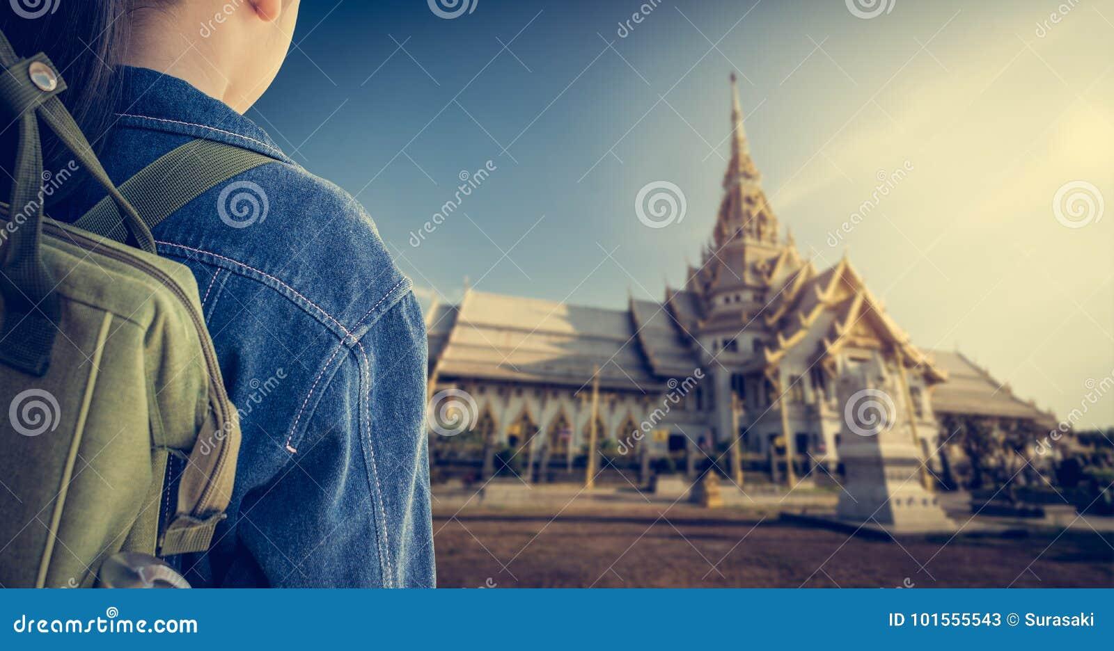 Flicka med ryggsäcken som skriver in till den buddistiska templet, Thailand