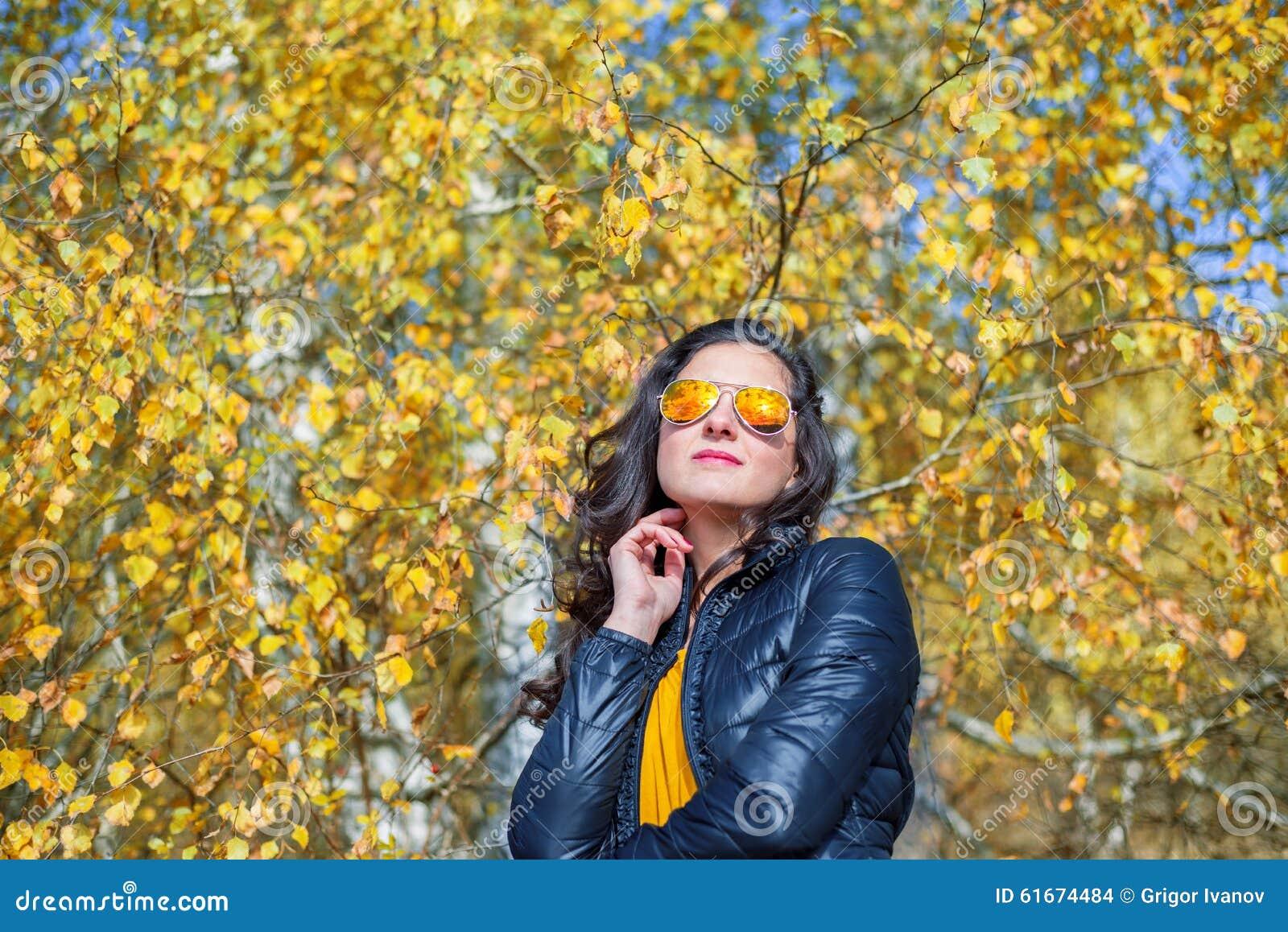 Flicka med solglasögon i höst