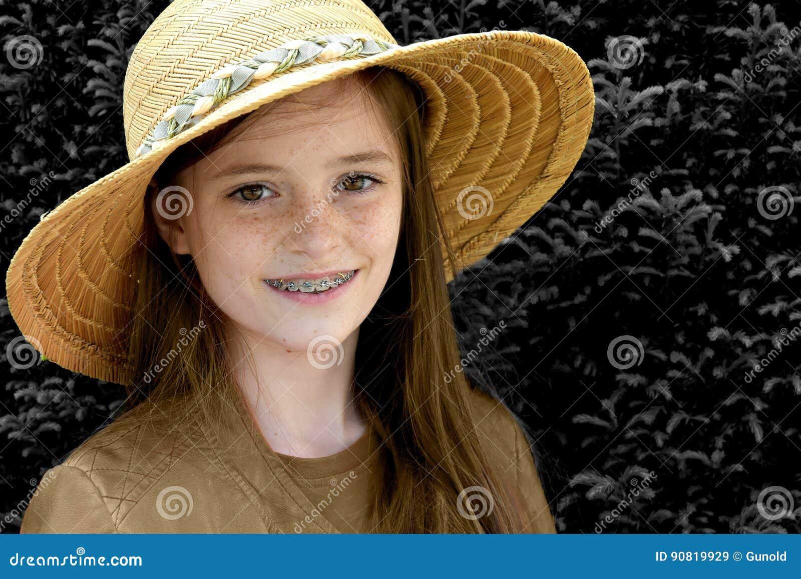 Flicka med sugrörhatten