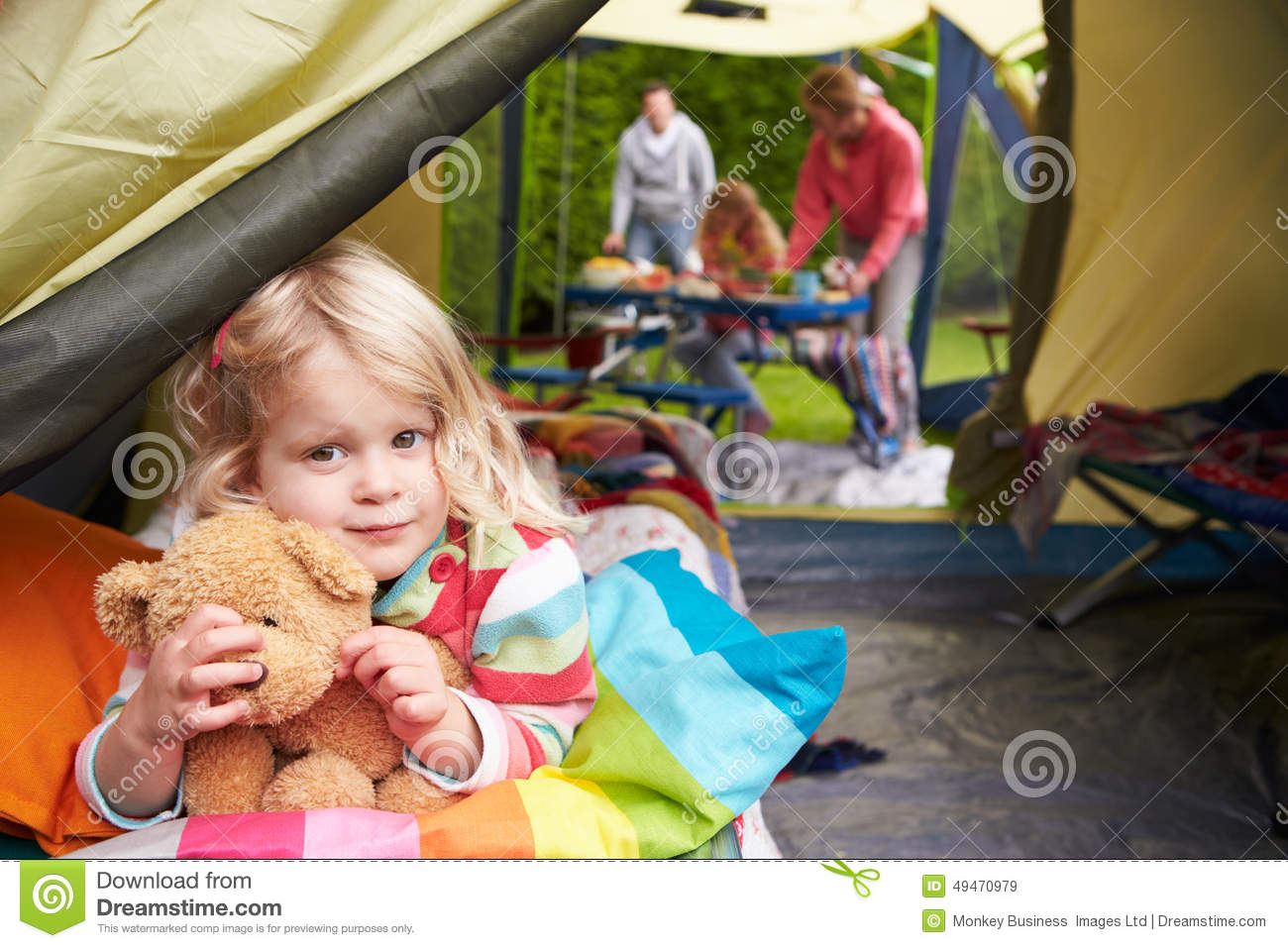 Flicka med Teddy Bear Enjoying Camping Holiday på campingplats