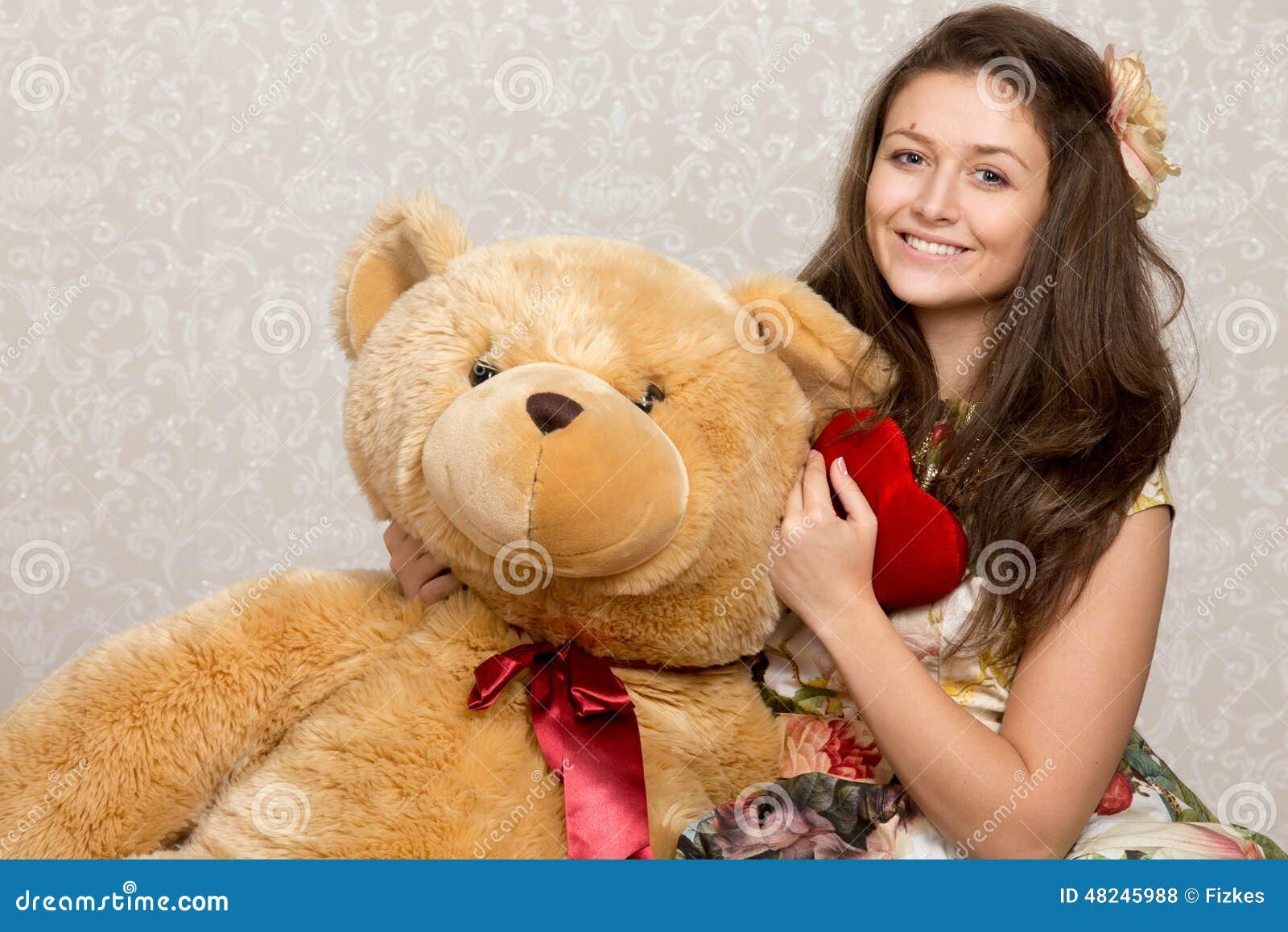 Flicka med välfylld hjärta och björn