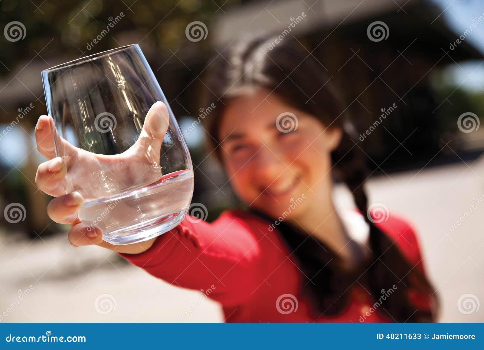 Flicka med vattenexponeringsglas
