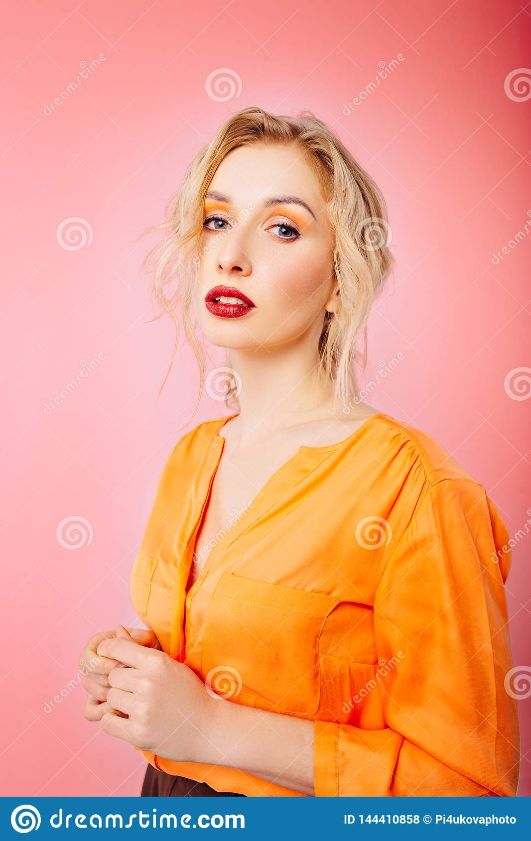 Flicka med yrkesmässig makeup på vit isolerad bakgrund